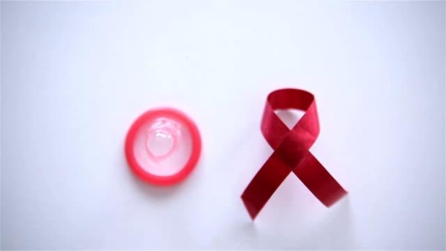 vídeos de stock, filmes e b-roll de fita vermelha e preservativo, rolo b - hiv