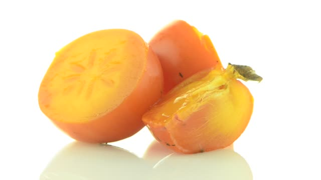 vídeos de stock e filmes b-roll de red ripe persimmons - diospiro