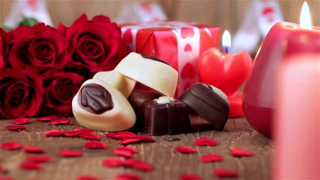 赤いバラとチョコレート、キャンディーキャンドルの木 - バレンタイン チョコ点の映像素材/bロール