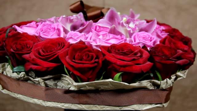 vídeos de stock, filmes e b-roll de rosas vermelhas e voltas de buquê de flores da orquídea - arméria