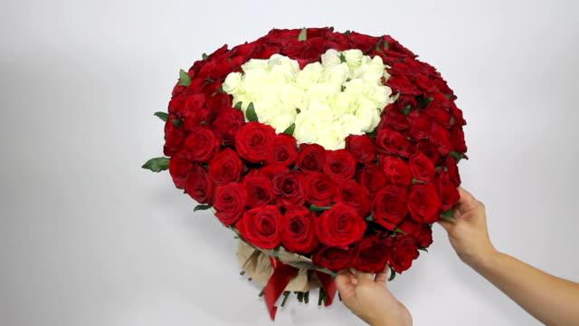 vídeos de stock, filmes e b-roll de buquê de rosas vermelhas com rosas brancas em forma de coração dentro - arméria