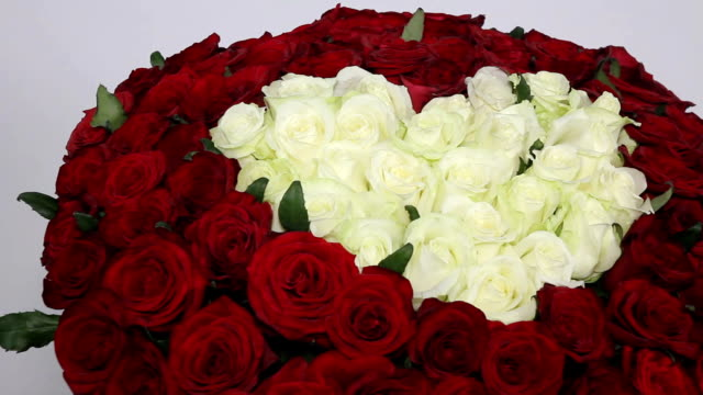 red roses bouquet with white roses in shape of heart inside - триллиум стоковые видео и кадры b-roll