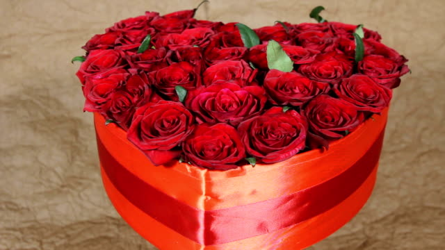 red roses flowers bouquet in a box in the form of a heart - триллиум стоковые видео и кадры b-roll