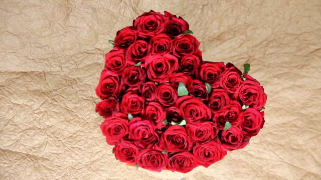 vídeos de stock, filmes e b-roll de buquê de flores rosas vermelhas em uma caixa na forma de um coração - arméria