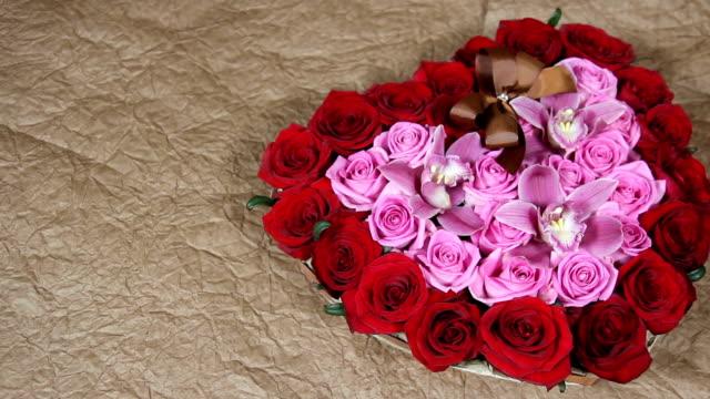 vídeos de stock, filmes e b-roll de rosas vermelhas flores buquê romance romântico amor - arméria