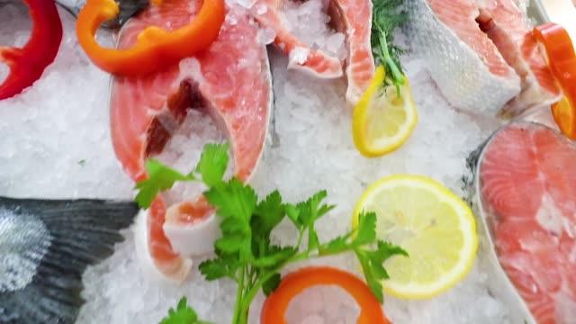 vídeos de stock, filmes e b-roll de peixes de salmão vermelho no balcão da loja no gelo - formato bruto