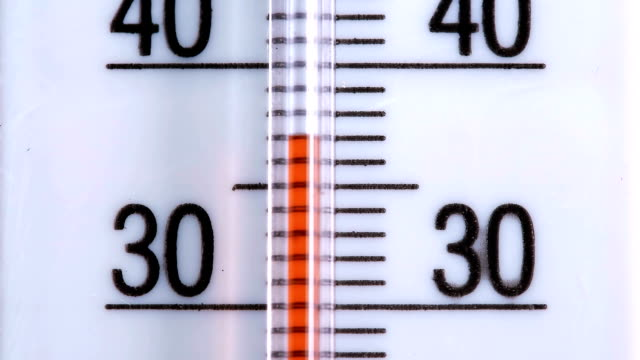 red scale on the thermometer, close-up - temperatura video stock e b–roll