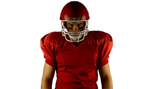 czerwony stwarzających poważne american football player - trykot filmów i materiałów b-roll