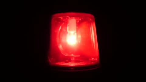 vídeos y material grabado en eventos de stock de 4k: luz de sirena roja parpadeando y spinning (emergencia) - rojo