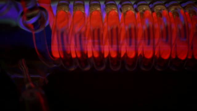 vídeos de stock, filmes e b-roll de vermelho em espiral - tubo objeto manufaturado