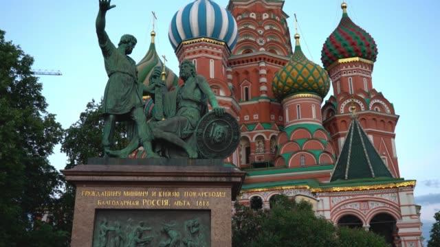 röda torget, moskva, ryssland. monument till minin och pozharsky - vasilijkatedralen bildbanksvideor och videomaterial från bakom kulisserna