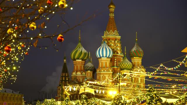 röda torget, moskva, ryssland. nytt år verkligt nära st basil's blessed katedralen - vasilijkatedralen bildbanksvideor och videomaterial från bakom kulisserna