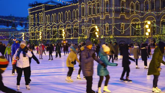 stockvideo's en b-roll-footage met rode plein, moskou, rusland. mensen schaatsen op de ijsbaan - family winter holiday