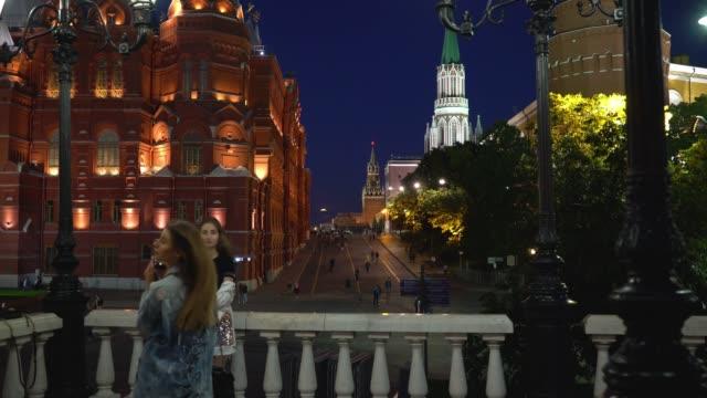 röda torget, moskva, ryssland. unga flickor ta bilder nära röda torget - röda torget bildbanksvideor och videomaterial från bakom kulisserna