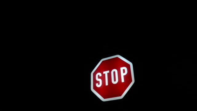 vídeos y material grabado en eventos de stock de señal de tráfico de stop rojo y luz amarilla parpadeante en el túnel en la noche - stop sign