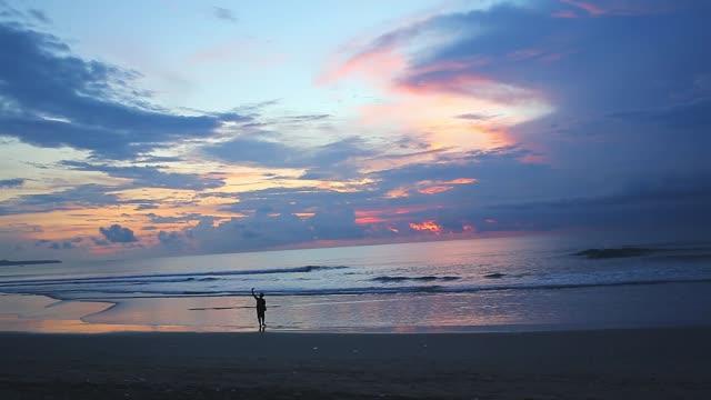 海上視頻的紅色日落。太陽照射地平線。紅色的天空,黃色的太陽和驚人的大海。夏季日落海景 - 亞洲中部 個影片檔及 b 捲影像