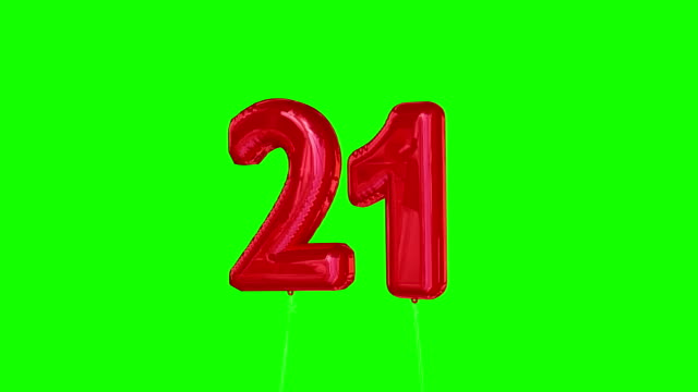 vídeos de stock, filmes e b-roll de red twentyone balão flutuante ao topo contra greenscreen - 20 24 anos
