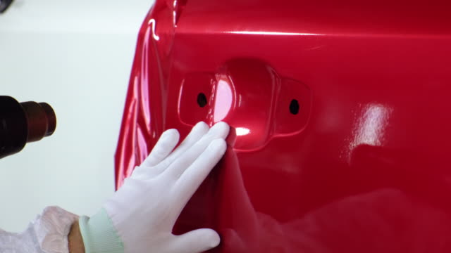 Red vinyl wrap to change the color of car - vídeo