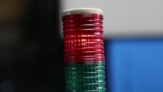 rote warnleuchte lampe alarm - wachsamkeit stock-videos und b-roll-filmmaterial