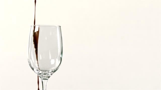 vídeos de stock e filmes b-roll de vinho tinto verter em copo de vinho - uva shiraz