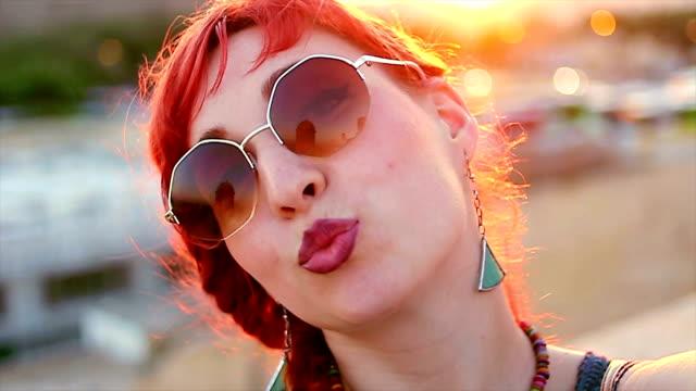 rothaarige mädchen nehmen selfie mit ihrer kamera - ohrring stock-videos und b-roll-filmmaterial