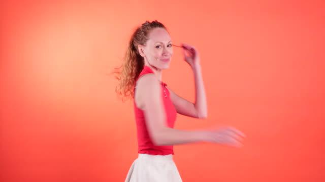redhead sahip eğlenceli - eksantrik stok videoları ve detay görüntü çekimi