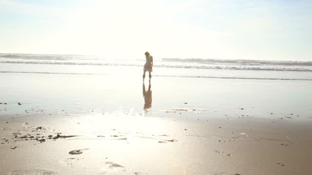 rotes haar-frau laufen am strand bei sonnenuntergang - einzelne frau über 30 stock-videos und b-roll-filmmaterial