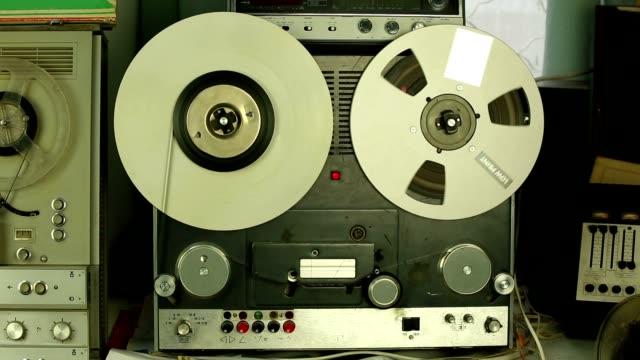 registratore di nastro bobina - bobina apparecchiatura di registrazione del suono video stock e b–roll