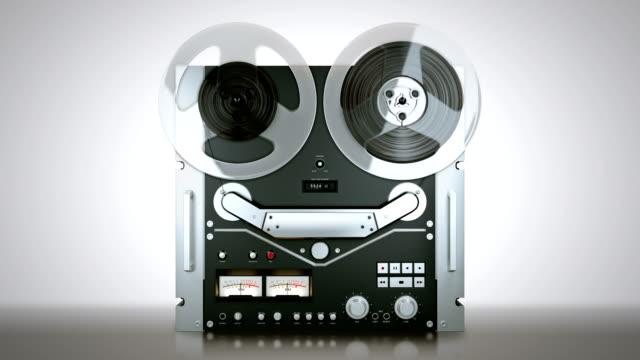 registratore di nastro bobina a bobina tape, giocando una cosa - analogico video stock e b–roll