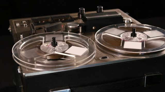 reel to reel taperecorder playing music - cilindro video stock e b–roll