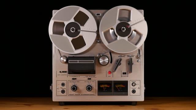 reel to reel taperecorder che suona musica - cilindro video stock e b–roll