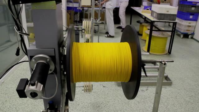 vidéos et rushes de moulinet avec câble à fibre optique. sur winding machine - fibre