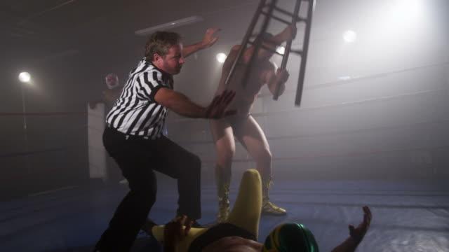 審判員 intervenes 力士を試みたスツールに相手選手に飛び蹴りを決める ビデオ