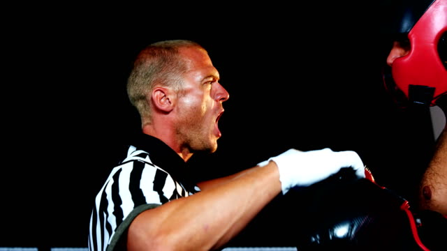 vídeos y material grabado en eventos de stock de árbitro gritando a boxeador - artes marciales