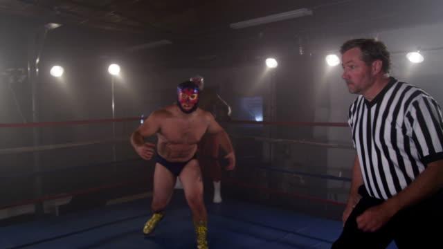 審判員相撲力士が試合、POV ショット ビデオ
