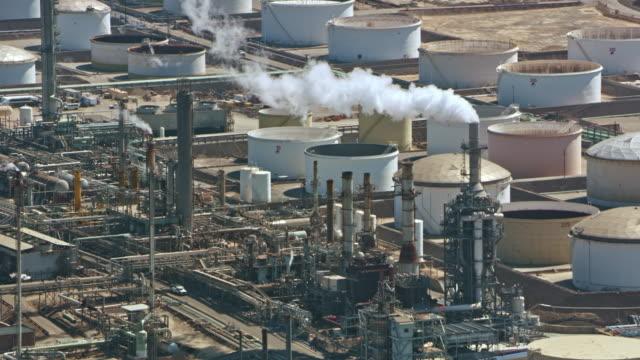 stockvideo's en b-roll-footage met luchtfoto raffinaderij in californië, usa - raffinaderij