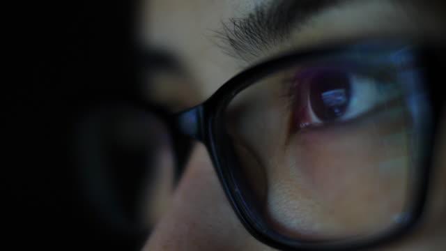 vídeos y material grabado en eventos de stock de reflexión en las gafas - mecanografiar
