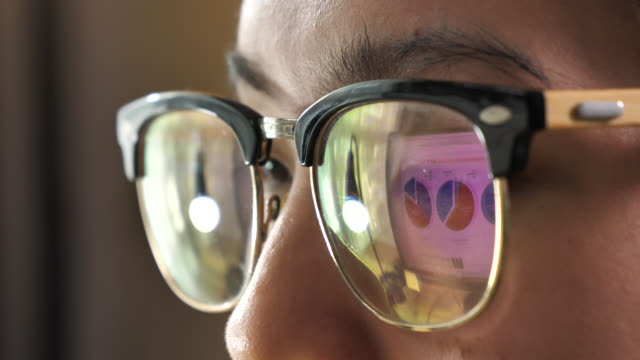 stockvideo's en b-roll-footage met reflectie zakelijke grafieken op brillen, kijken naar computer monitor - bril brillen en lenzen