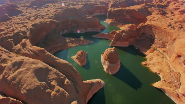 aerial reflection canyon, lake powell, usa bei sonnenuntergang - physische geographie stock-videos und b-roll-filmmaterial