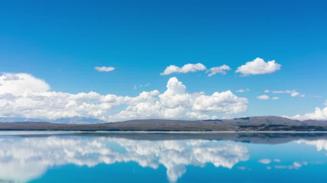 vídeos de stock e filmes b-roll de reflection cloud over the lake - linha do horizonte sobre terra