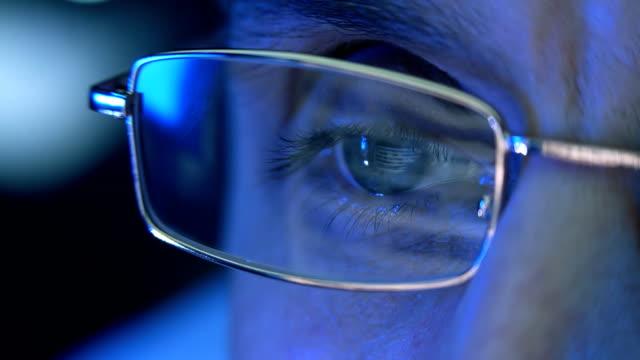 vidéos et rushes de reflet dans les yeux et de verres du cardiofréquencemètre lorsque tu surfer sur internet - rétine