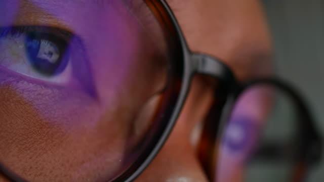 vídeos y material grabado en eventos de stock de reflejo en el ojo y gafas de controlar si navega en internet - seo