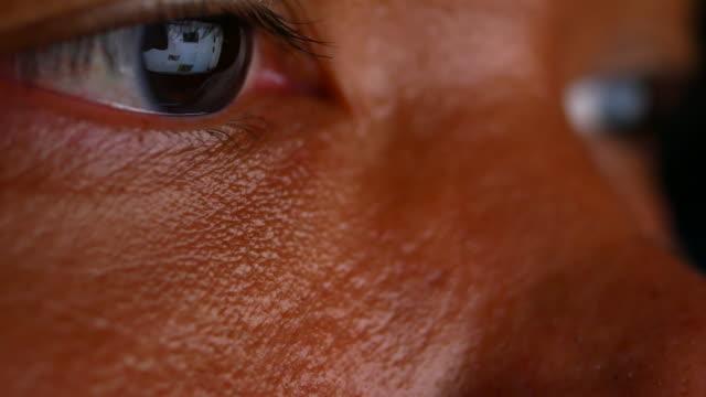 vídeos de stock, filmes e b-roll de reflexo nos olhos do monitor quando navegar na internet. - brand