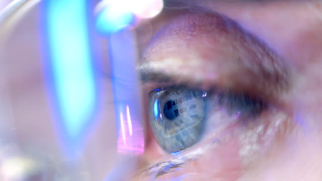 stockvideo's en b-roll-footage met reflection in the eye of the monitor when you surfing the internet. closeup - ooglid