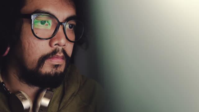 vídeos y material grabado en eventos de stock de reflexión ob visita en las gafas de hombre asiático - codificar