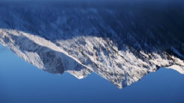 峰のアルタイ山脈の低い Multinskoe 湖の水の反射 ビデオ