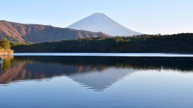 отражение горы фудзи на спокойной поверхности озера сай-ко, фудзи-кавагутико - спокойная вода стоковые видео и кадры b-roll