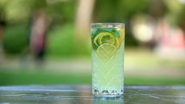 vídeos de stock e filmes b-roll de refreshing drink with lime - limonada tradicional