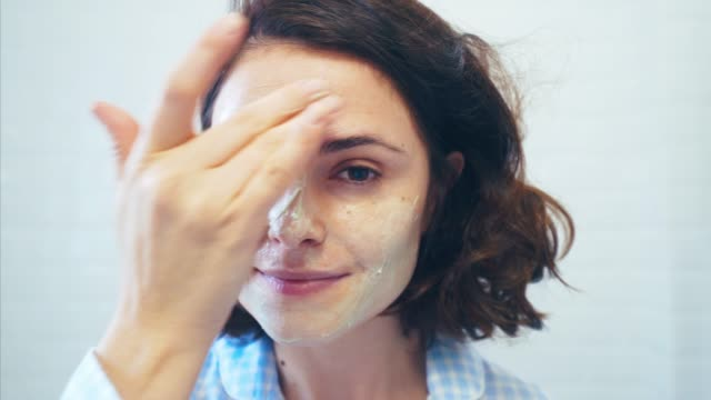 stockvideo's en b-roll-footage met verfrissend mijn gezichtshuid. - mirror mask