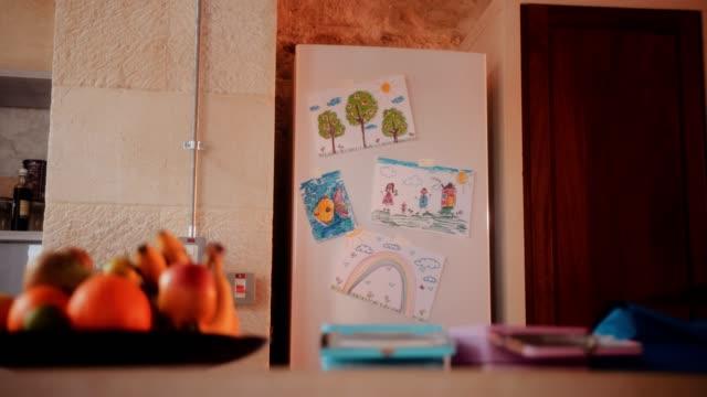 kylskåpsdörren med färgglada barn rita i inhemska kök - animal doodle bildbanksvideor och videomaterial från bakom kulisserna